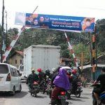 AJANG KAMPANYE: Atribut salah satu partai politik masih terpasang di jalur pawai taaruf MTQ tingkat Kabupaten Cianjur.