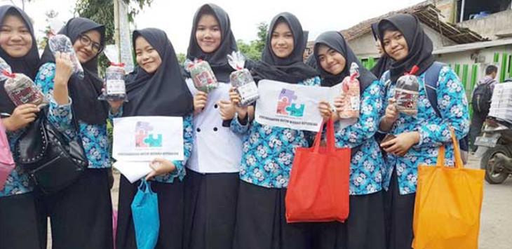YUK BERSUJUD: Ratusan pelajar dan relawan Sukabumi saat deklarasi sambil membagikan sajadah di depan gerbang SMK Negeri 3 Kota Sukabumi, Jalan Kabandungan, Kota Sukabumi, Rabu(14/2)./ BAMBANG/RADARSUKABUMI