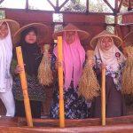 LISUNG: Para pengunjung asyik mencoba menumbuk padi di salah satu fasilitas wisata yang ada di Wana Wisata Poklan yakni tempat pengolahan padi zaman dulu, atau disebut lisung.