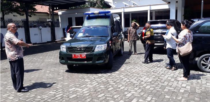 EM saat digiring ke mobil tahanan, untuk ditahan selama 20 hari ke depan dititipkan di Rutan Kebon Waru Bandung./Foto: Ade
