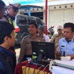 Pengendara motor yang terjaring razia di Jalan Raya Fatahilah, Cikarang Barat, Kabupaten Bekasi membayar langsung denda dan pajak yang tertunggak.Enriko/Pojokjabar