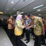 Bupati Bekasi Neneng Hasanah Yasin bersalaman dengan pejabat yang dirotasi.Istimewa