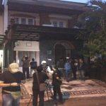 Sejumlah wartawan sedang mengambil gambar di depan rumah Rizal Djibran di Perumahan Grand Wisata, Kabupaten Bekasi.Enriko/Pojokjabar