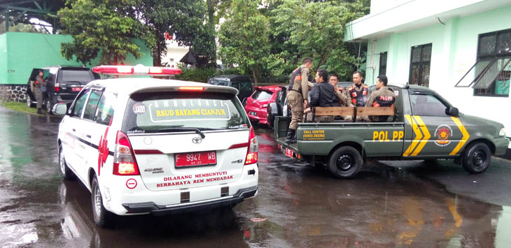 MOBIL AMBULAN: Ade Jaelani dibawa ke rumah duka menggunakan mobil ambulance.
