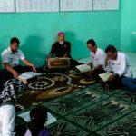 TADARUS: Lurah Sawah Gede Indra Sunggara bersama staf tengah melaksanakan pengajian rutin sebelum bekerja.Foto: MUH FAJAR/RADAR CIANJUR