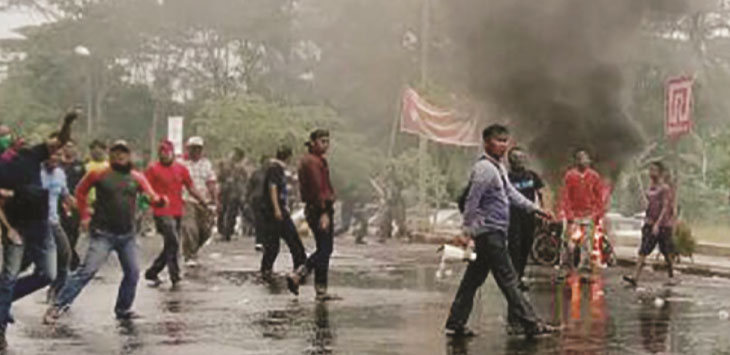 SIMULASI: Ratusan massa pendukung salah satu calon Gubernur dan Wakil Gubernur bentrok di depan Kantor KPU Kabupaten Sukabumi.