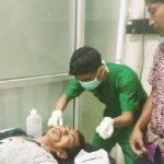DIRAWAT: Sopir Grab Car, Arman Sajira (41) saat mendapatkan penanganan dari tim medis