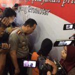 Kapolres Metro Bekasi Kombes Candra Sukma Kumara saat menginterogasi tersangka penipuan arisan online.Enriko/Pojokjabar
