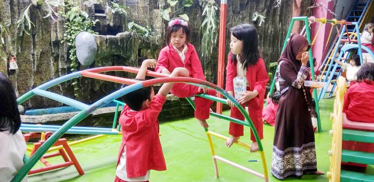 BERMAIN: Beberapa siswa TK Nurul Amanah sedang bermain pada saat jam istirahat.