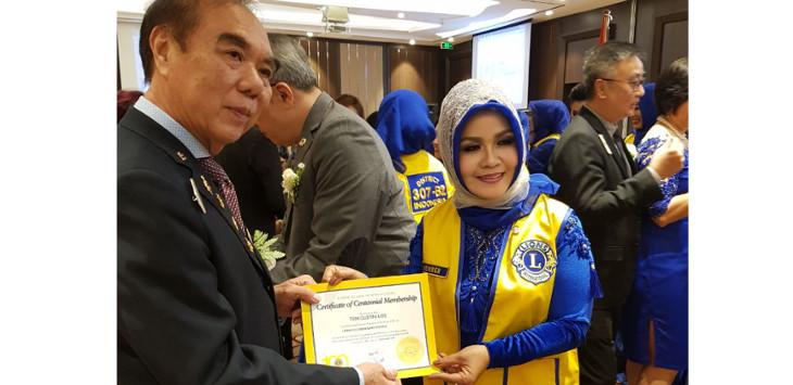 Distrik Governor Bambang Harsono Suhartono menyerahkan sertifikat anggota dari Lions Club International kepada Presiden Lions Club Bandung Tohaga Lion Tien Loe./Foto: Istimewa
