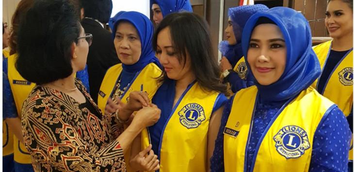 Lions Club Bandung Raya selaku sponsor Lions Club Bandung Tohaga sedang menyematkan pin Lions Club International kepada salah satu anggota yaitu Lion Stevie./Foto: Istimewa
