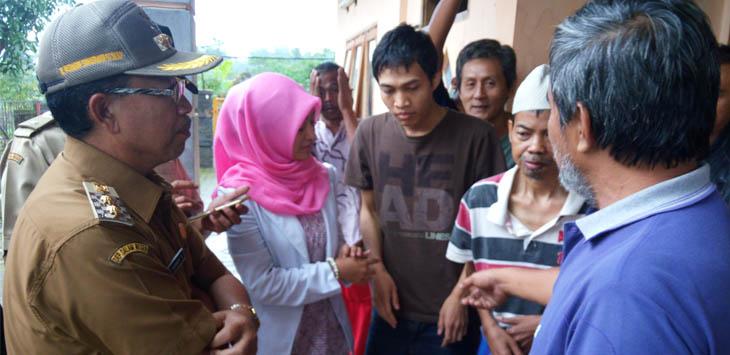 DATANGI ODGJ: Wakil Bupati Cianjur Herman Suherman berdialog dengan pasien ODGJ di KSJ.