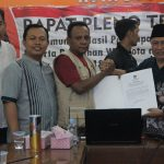 Penyampaian BA kesepakatan pada rapat penyusunan zona kampanye pada pilwalkot Bogor. Dari kiri ke kanan : Sasongko (panwas), Samsudin (KPU), Yustinus (panwas) Undang ( Ketua KPU Kota Bogor)