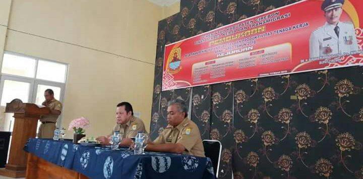 Pemasangan foto petahana dalam kegiatan Pelatihan Tata Boga Disnakertrans Kab. Cirebon dipersoalkan. Foto: Bagja/pojokjabar