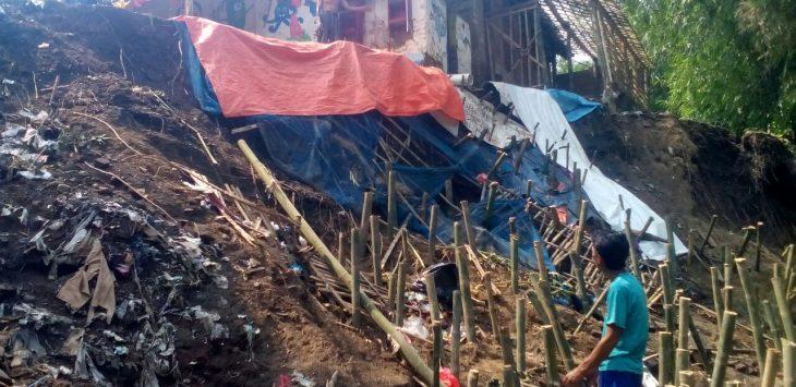 Longsor yang terjadi di tanggul sungai Jamlang, hampir saja menerjang rumah Waras. Foto: Dede/pojokjabar