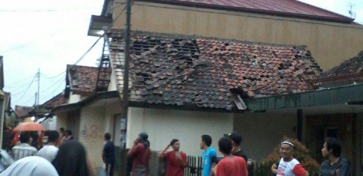 Puluhan rumah rusak di hantam puting beliung. Foto: Dede/pojokjabar