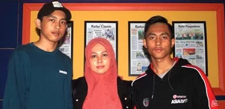 MEMBANGGAKAN. Afridza Syah Munandar (kanan), pembalap Astra Honda Team Racing (AHTR) bersama ibunya Ersa Maya Sriwenda dan adiknya Nabil Devhana usai mengisi talk show di Radar Tasikmalaya TV, Jumat (30/3).