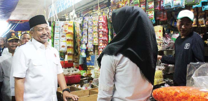 MENYAPA : Calon wakil gubernur Jawa Barat Ahmad Syaikhu saat menyapa pedagang pasar Cikampek. FOTO: AHMAD SOPIAN YAHYA/RADAR KARAWANG