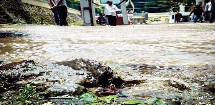 BANJIR: Aliran air PDAM yang dipasok untuk wilayah Depok Timur tumpah akibat pipa 12 inci pecah. Bahkan aliran air PDAM sempat mengalir di depan kantor Kecamatan Sukmajaya, dan Kantor Samsat merdeka. Ist