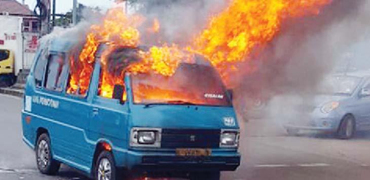 LUDES: Satu unit angkot yang terbakar di Jalan Raya Bogor-Juanda. Aji Hendro/Metro Depok