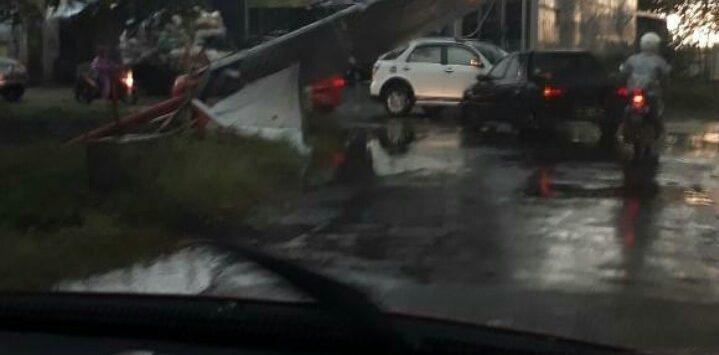 Tersapu angin puting beliung, papan reklame ambruk. Foto: Dede/pojokjabar