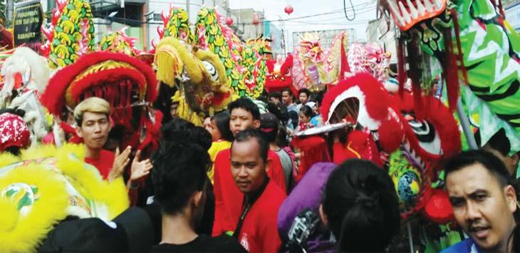 LAUTAN NAGA: Arak-arakan naga menjejali Jalan Tuparev saat perayaan Cap Go Meh, Minggu (11//3/18).