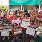 DISAMBUT MERIAH: Calon wali kota Bogor Dadang Iskandar Danubrata saat berpose bersama warga, senin (19/3/18).