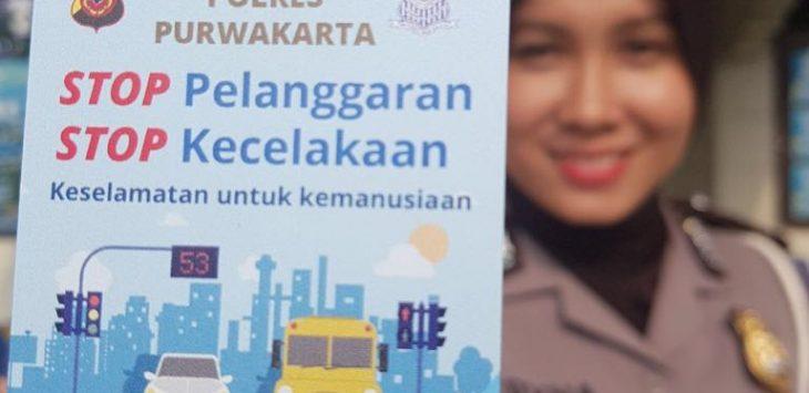 Satuan Lalulintas Polres Purwakarta bagikan E-Toll kepada pengendara./Foto: Rmol.co.
