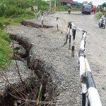 AMBLAS: Kondisi amblasnya jalan lingkar Wado-Darmaraja. AGUN GUNAWAN/RADAR SUMEDANG