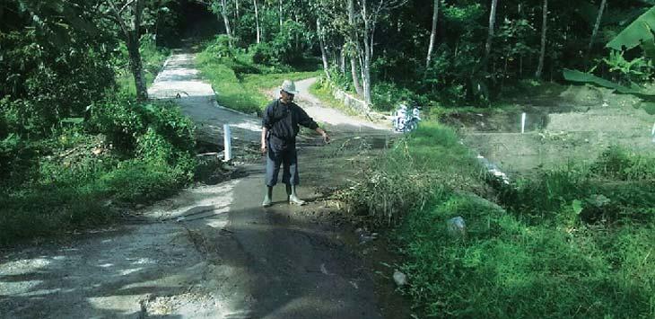 RUSAK: Warga Ungkal menunjukan jalan yang rusak parah. Desa itu terancam terisolir akibat rusaknya jalan di Blok Beletong dan Citiis. Panji/Radar Sumedang
