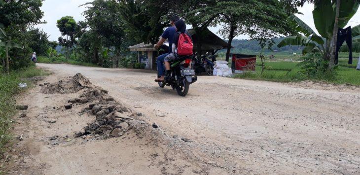 Jalan di sekitar Kampung Cikadu, Purwakarta rusak./Foto: Rmol.co.