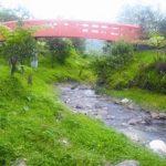 SWAFOTO: Jembatan merah di Kawasan Wisata Cikaret (Kawaci), yang digadang-gadang bakal jadi salah satu ikon wisata sekaligus spot untuk berswafoto saat disambangi, belum lama ini. FIKRI MUHARRAM/RADAR BOGOR