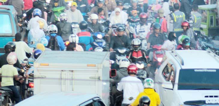 CIKAMPEK MACET: Pengendara roda dan mobil berebut jalan di sekitar pasar Cikampek. PIAN SOPIAN/RADAR KARAWANG