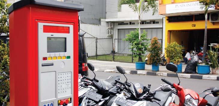 PAJANGAN: Mesin Parkir yang terpasang di kawasan Jalan Asia Afrika, Kota Bandung hingga kini belum berfungsi, Senin (12/3/18). MUHAMMAD GUMILANG/RADAR BANDUNG