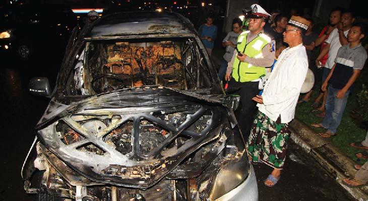 mobil di jalan raya sukabumi tiba tiba terbakar ini penyebabnya pojok jabar. Black Bedroom Furniture Sets. Home Design Ideas