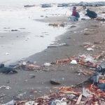KUMUH: Pesisir Pantai Sedari dipenuhi oleh berbagai macam sampah, Selasa (20/3). Kondisi ini sudah terjadi sejak beberapa bulan terakhir.Terlihat dua orang pemancing sedang mencari ikan di antara lautan sampah. MUBAROK/RADAR KARAWANG