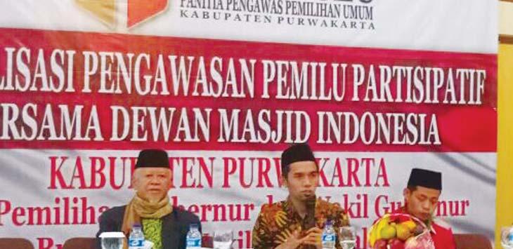 SOSIALISASI: Ketua Panwaslu didampingi Komisioner KPU lakukan sosialisasi pengawasan pemilu. GANI/RADAR KARAWANG