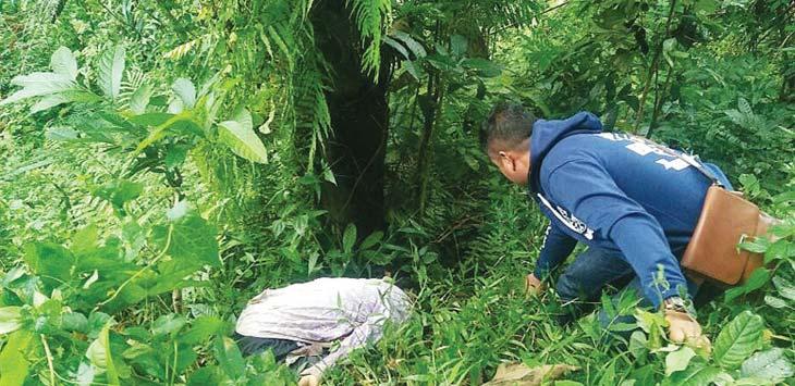 TEMUAN:Petugas memeriksa sosok mayat di antara rerumputan blok Pasirgambir Desa Cipicung Kecamatan Jatigede. AGUN GUNAWAN/RADAR SUMEDANG