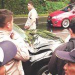 RUSAK : Mobil Toyota Rush milik H. Ade, warga Kecamatan Ganeas mengalami rusak parah akibat tertimpa pohon pinus yang tumbang di Cigendel. Beruntung empat penumpang selamat. AGUN GUNAWAN/RADAR SUMEDANG