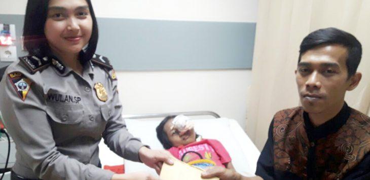 Polwan Polres Bandung serahkan bantuan kepada penderita tumor stadium 4./Foto: Rmol.co.