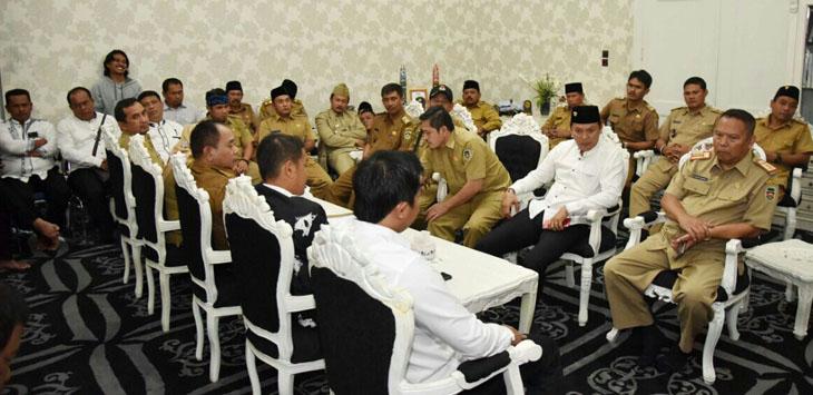 Ketua Apdesi Purwakarta Anwar Sadat (baju putih berpeci) saat konfrensi pers bersama awak media di Pemda.  Sekda Purwakarta Ruslan  Subanda (sebelah Ketua Apdesi)
