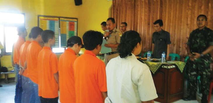 PELANTIKAN: Puluhan anggota relawan bencana Riksa Kecamatan Pamulihan saat dilantik oleh Camat Pamulihan. TOHA HAMDANI/RADAR SUMEDANG