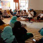 SERIUS: Warga Panaragan Kidul RW 05, Kelurahan Panaragan, Kecamatan Bogor Tengah, sedang mendengarkan paparan calon wali kota Bogor Achmad Ru'yat, kamis (15/3/18).