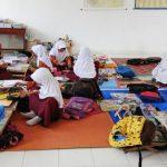 CERIA: Suasana saat istirahat di dalam kelas SDN Sayang III, beberapa siswa tampak membawa makan siang dari rumah. FOTO: SARAH ASIFA/RADAR CIANJUR