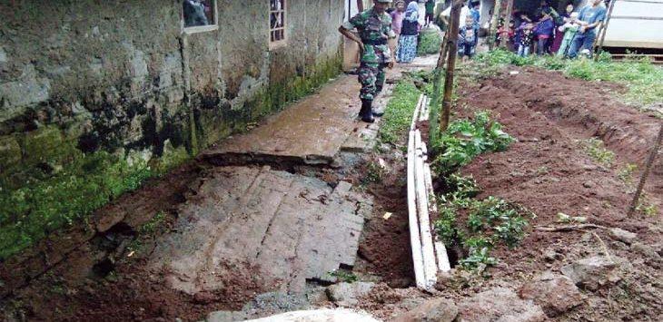 AMBLAS: Tanah di Kampung Hegarmanah, Desa Pasirmunjul, Kecamatan Sukatani retak bahkan ada yang amblas. Kondisi ini membuat warga panik khawatir terjadi longsor. GANI/RADAR KARAWANG