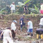 JEBOL: Tanggul penahan air sungai Cinangka di Desa Cikaobandung, Kecamatan Jatiluhur, Kabupaten Purwakarta, terancam jebol. GANI/RADAR KARAWANG