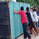 EVAKUASI TRUK: Sejumlah warga membantu polisi mengevakuasi truk pengangkut miras di Jalan Lingkar Tanjungpura, Senin (19/3/18). ASEP KURNIA/RADAR KARAWANG