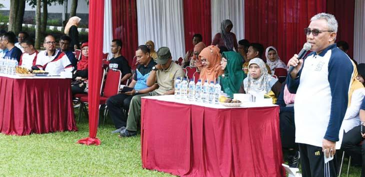 SAMBUTAN : Walikota Depok, Mohammad Idris, memberi sambutan dalam acara eksebisi olahraga hadangan antara Pemkot Depok dengan instansi vertikal, di Lapangan Balaikota Depok, Kamis (22/03/18). Ist