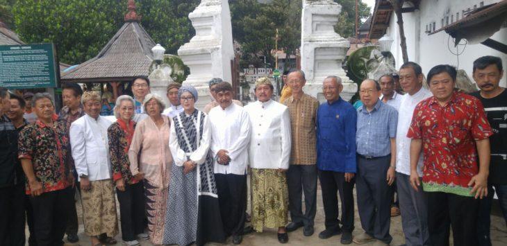Sejumlah warga dari etnis tionghoa melakukan ziarah ke makam Putri Ong Tien yang memiliki sejarah kebudayaan yang lekat bagi Cirebon.