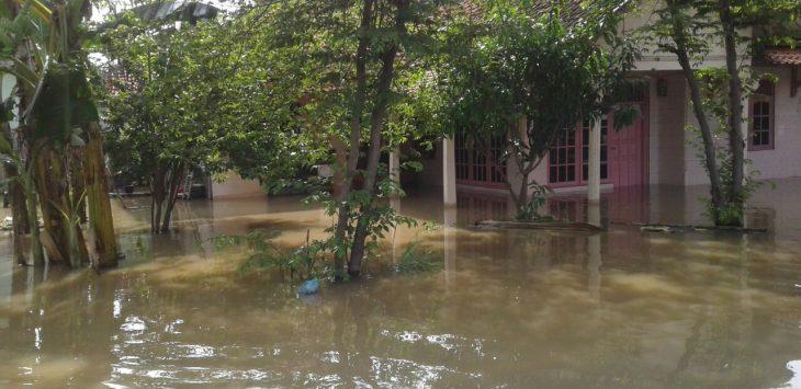 Keadaan banjir di Gunung Jati yang melumpuhkan aktivitas warga. Foto: alwi/pojokjabar.com.